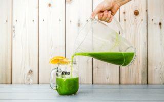 Recette de jus vert: orange, citron, pomme, kale et concombre