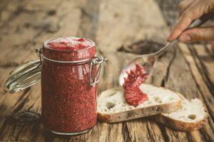 Confiture crue aux fraises et graines de chia